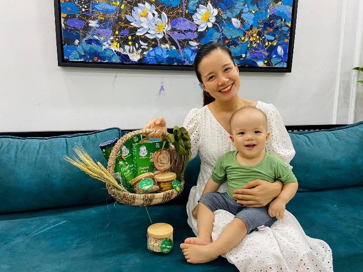MC Minh Trang cũng ưu tiên thực phẩm hữu cơ khi con ăn dặm. Ảnh: Facebook nhân vật.