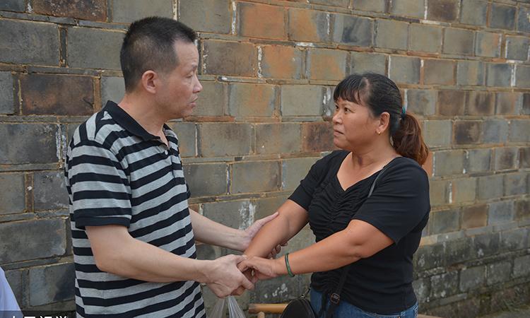 Trương Ngọc Hoàn và vợ cũ Tống Tiểu Nữ chỉ dám nắm tay nhau sau 27 năm xa cách. Ảnh: sina.