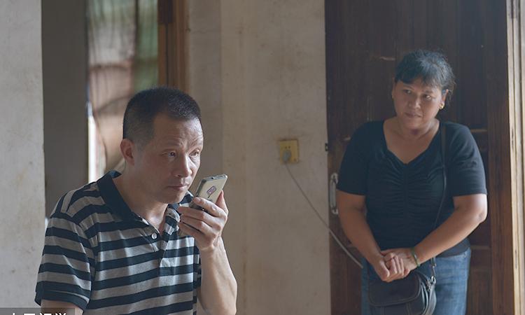 Tống Tiểu Nữ đã mua cho chồng một chiếc điện thoại mới khi ông ra tù. Ảnh: sina.