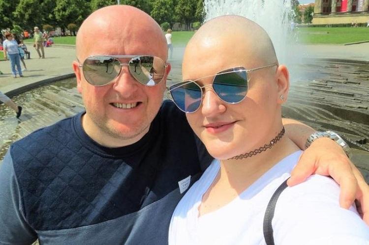 Toni Standen cạo trọc đầu để lừa bị ung thư. Ảnh: Mirror.