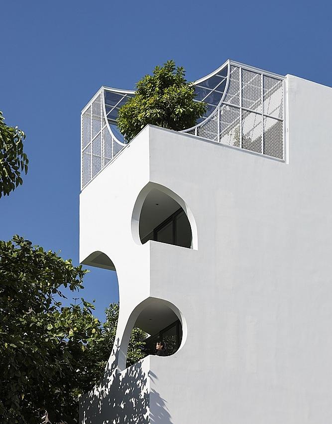 Mặt tiền căn nhà gây ấn tượng với những ô cắt khuyết. Ảnh: Hiroyuki Oki.