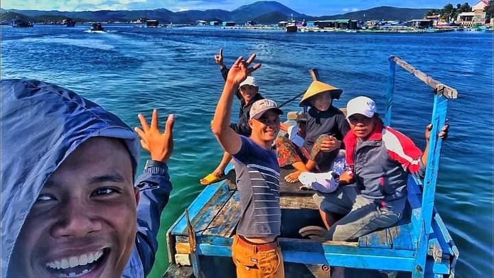 Duy Hoàn phụ giúp ngư dân vùng biển Khánh Hòa, anh được họ hướng dẫn cách lặn biển. Ảnh: Nhân vật cung cấp.