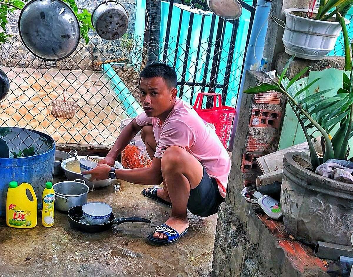 Rửa chén là công việc mà Hoàn luôn xung phong làm khi nhận được bữa cơm từ những người tốt bụng. Ảnh: Nhân vật cung cấp.