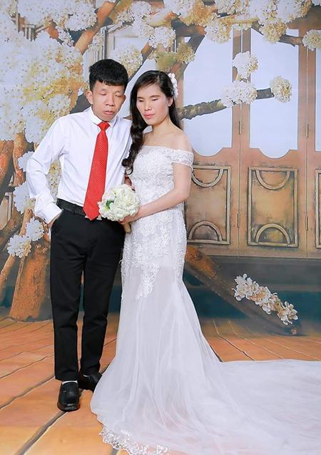 Ảnh cưới của cặp đôi Thành - Linh được chụp trong đám cưới tập thể dành cho người khuyết tật năm 2018. Ảnh: Nhân vật cung cấp.
