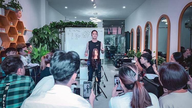 Hoàng Khải dạy về kỹ thuật uốn tóc cho các học viên