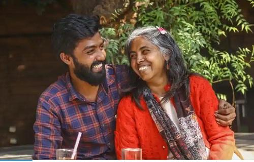 Mitrajit và mẹ đi thưởng thức các món ngon ở thành phố cùng nhau. Ảnh: Rajesh Kashyap / HT.