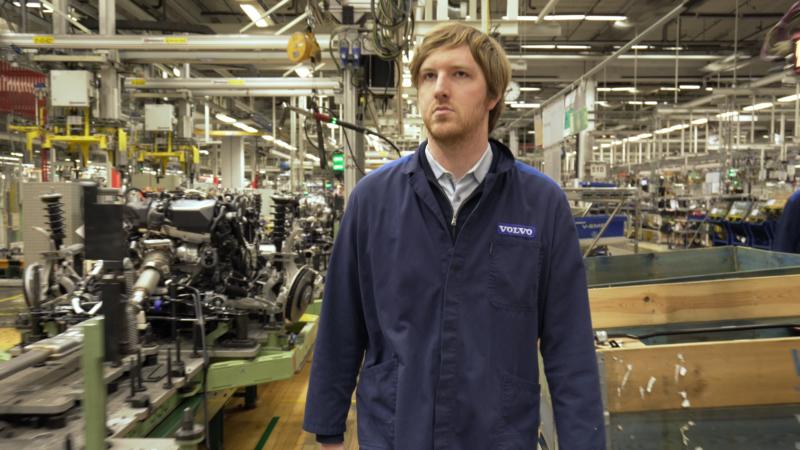 Russell trong nhà máy của Volvo. Ảnh: Nytimes.