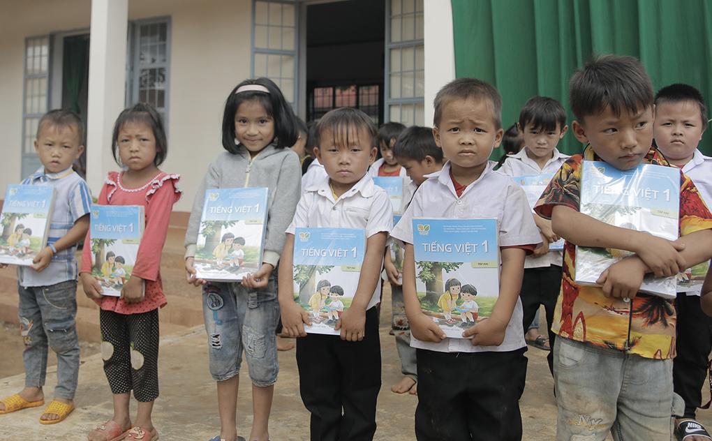 Học sinh trường Phổ thông cơ sở Nguyễn Khuyến nhận sách giáo khoa lớp một hôm 28/9. Ảnh: Đức Nguyên.