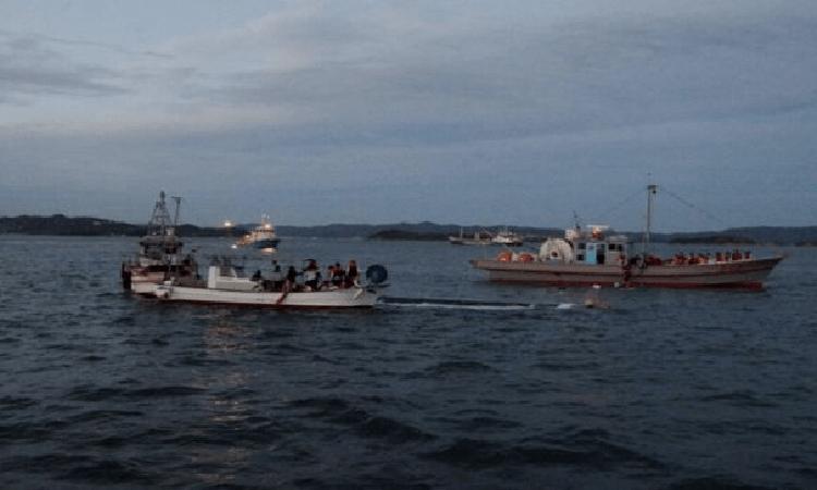 52 trẻ tiểu học được cứu hộ khi tàu chở chúng bị chìm ở ngoài khơi bờ biển thành phố Sakaide, tỉnh Kagawa ngày 19/11. Ảnh: Masumi media