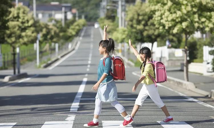 Trẻ Nhật có tính tự lập rất cao. Ngay từ mẫu giáo trẻ có thể tự bắt xe bus đến trường mà không cần có sự hộ tống của bố mẹ. Ảnh: Masumi media.