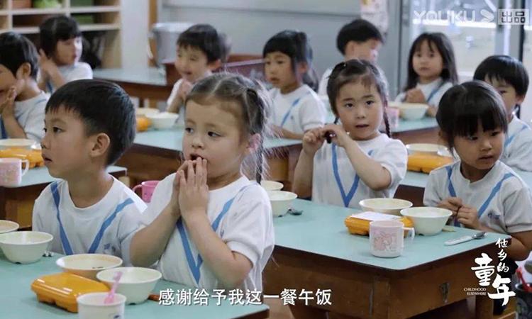 Những đứa trẻ mẫu giáo trong bộ phim tài liệu Tuổi thơ ở nước ngoài luôn nói lời cảm ơn trước khi ăn trưa. Ảnh: Masumi media.