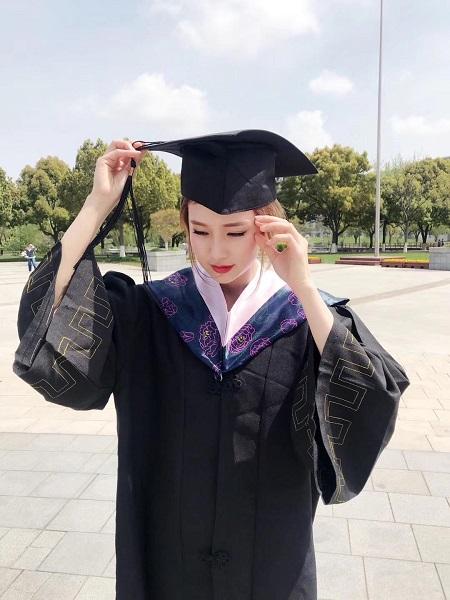 Lê Thị Thương chụp ảnh lưu niệm tại trường đại học Kỹ thuật công trình Thượng Hải. Ảnh: Nhân vật cung cấp.