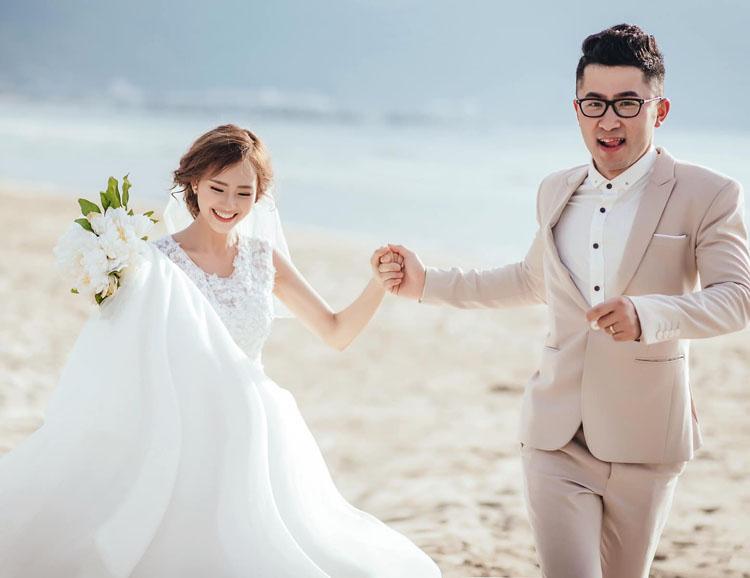 Đám cưới của vợ chồng Lê Thị Thương tổ chức ở sân khấu ngoài trời, nhìn ra mặt hồ rộng lớn. Họ được gia đình, bạn bè và sinh viên, giảng viên trường Đại học Kỹ thuật công trình Thượng Hải chúc phúc. Ảnh: Nhân vật cung cấp.