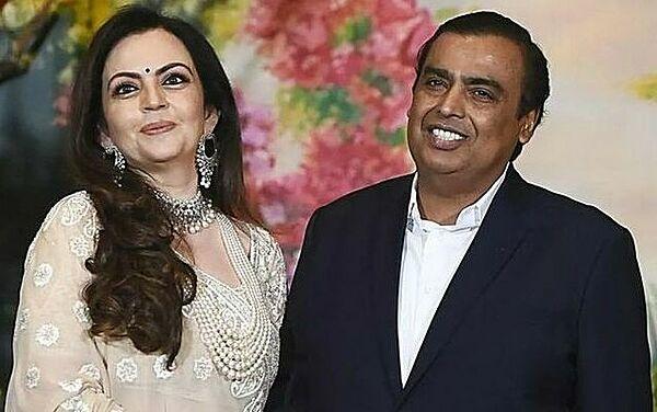 Vợ chồng Nita và Mukesh Ambani muốn các con có tuổi thơ bình thường. Ảnh: asianetnews.