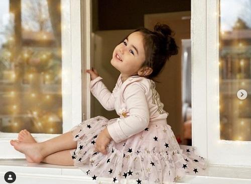 Cô bé có vẻ ngoài dễ thương và trang phục thu hút trên mạng xã hội. Ảnh: @sorenna_fashionista.