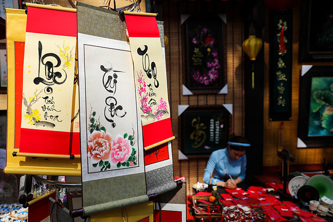 Những câu đối ngày Tết mang ý nghĩa tốt đẹp dịp năm mới đến. Ảnh: Quỳnh Trần.