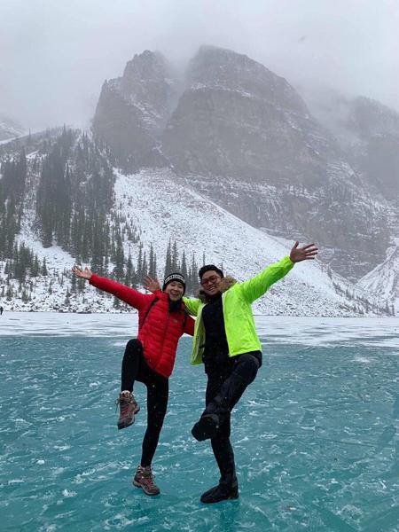 Cặp đôi cùng nhau leo lên đỉnh núi băng theo chân người khai thác băng đá cuối cùng tại Ecuador. Ảnh: Nhân vật cung cấp.