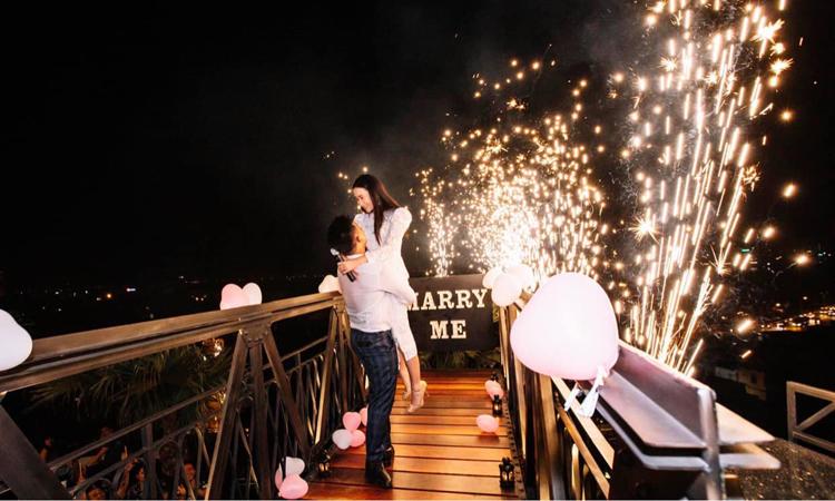 Hoàng Anh bí mật tổ chức một buổi tiệc cầu hôn, cũng là lần đầu anh ngỏ lời yêu với Quỳnh Hoa tại một quán bar trên cao tại Hà Nội. Ảnh: Nhân vật cung cấp.