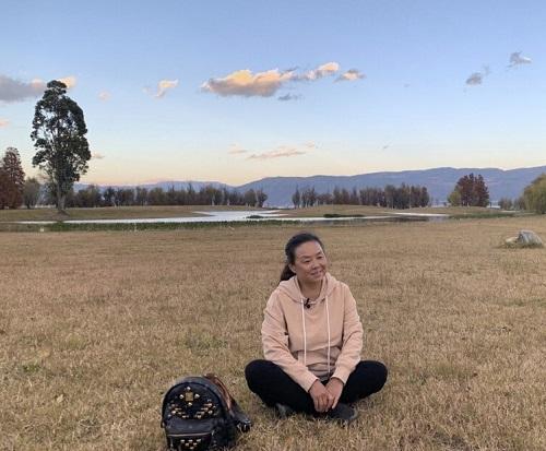 Su thư giãn trên một cánh đồng trong chuyến đi đường của cô ấy. Ảnh: Weibo / Su Min.