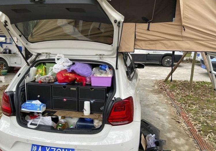 Vào tháng 9, Su bắt đầu một chuyến du ngoạn trên chiếc Volkswagen Polo màu trắng. Ảnh: Weibo / Su Min.