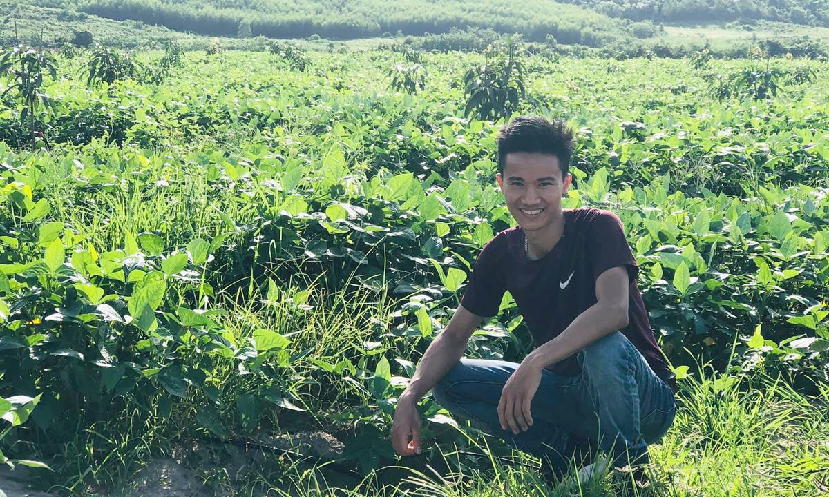Lê Văn Long thuộc thế hệ trẻ về quê làm giàu trên mảnh đất quê hương. Trong 4 năm qua, anh đi nhiều nơi, gặp gỡ nhiều người để học hỏi kinh nghiệm khởi nghiệp. Ảnh: Nhân vật cung cấp.