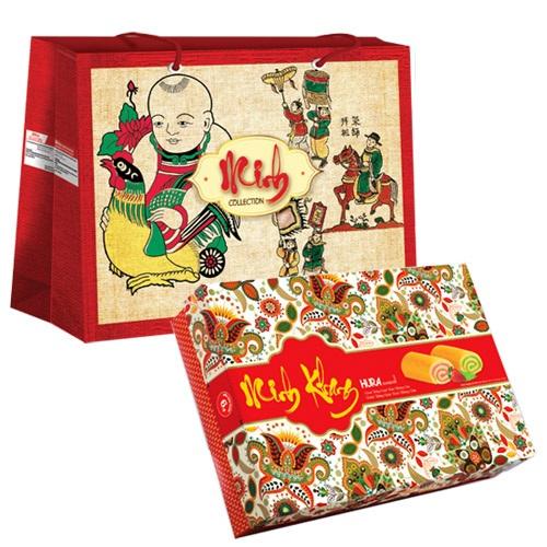 Dòng bánh bông lan Hura được thiết kế trong hộp bánh hoa văn nổi bật, câu chúc minh khang cùng túi xách tranh đông hồ thích hợp làm quà tặng gia đình ngày Tết. Ảnh: Bibica.