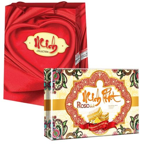 Dòng bánh bông lan Hura được thiết kế trong hộp bánh hoa văn nổi bật, câu chúc minh khang  cùng túi xách tranh đông hồ thích hợp làm quà tặng gia đình ngày Tết.