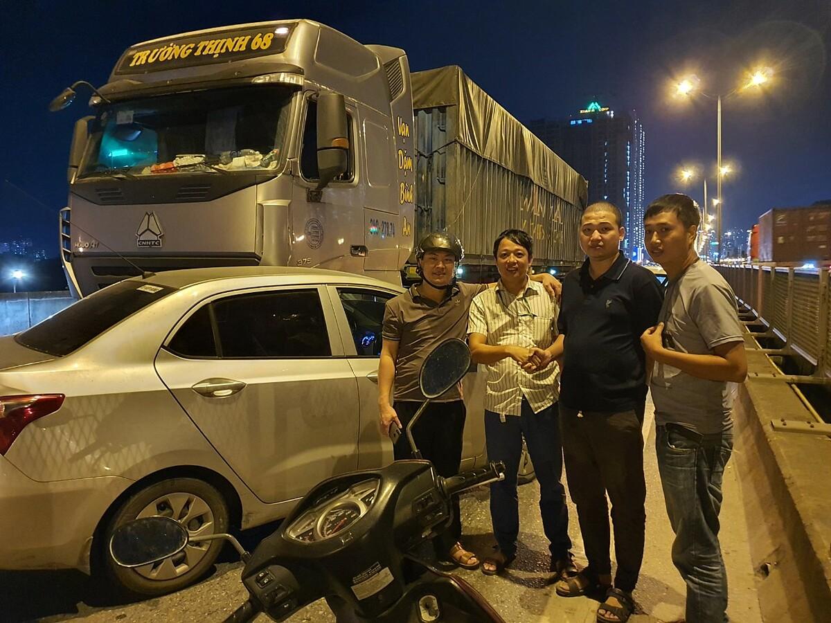 Cộng đồng tài xế đội cứu hộ Grab 247 hỗ trợ anh Nguyễn Hoàng Hiệp gặp sự cố khi di chuyển trên đường. Ảnh: Vân Hà.