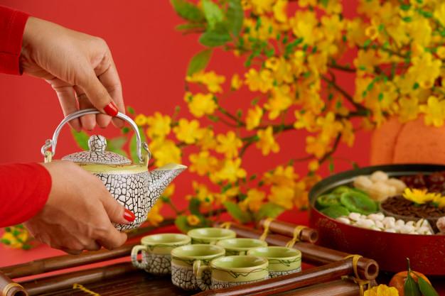 Bánh kẹo ngọt cùng tách trà để gia đình đãi khách đầu năm. Ảnh: freepik.