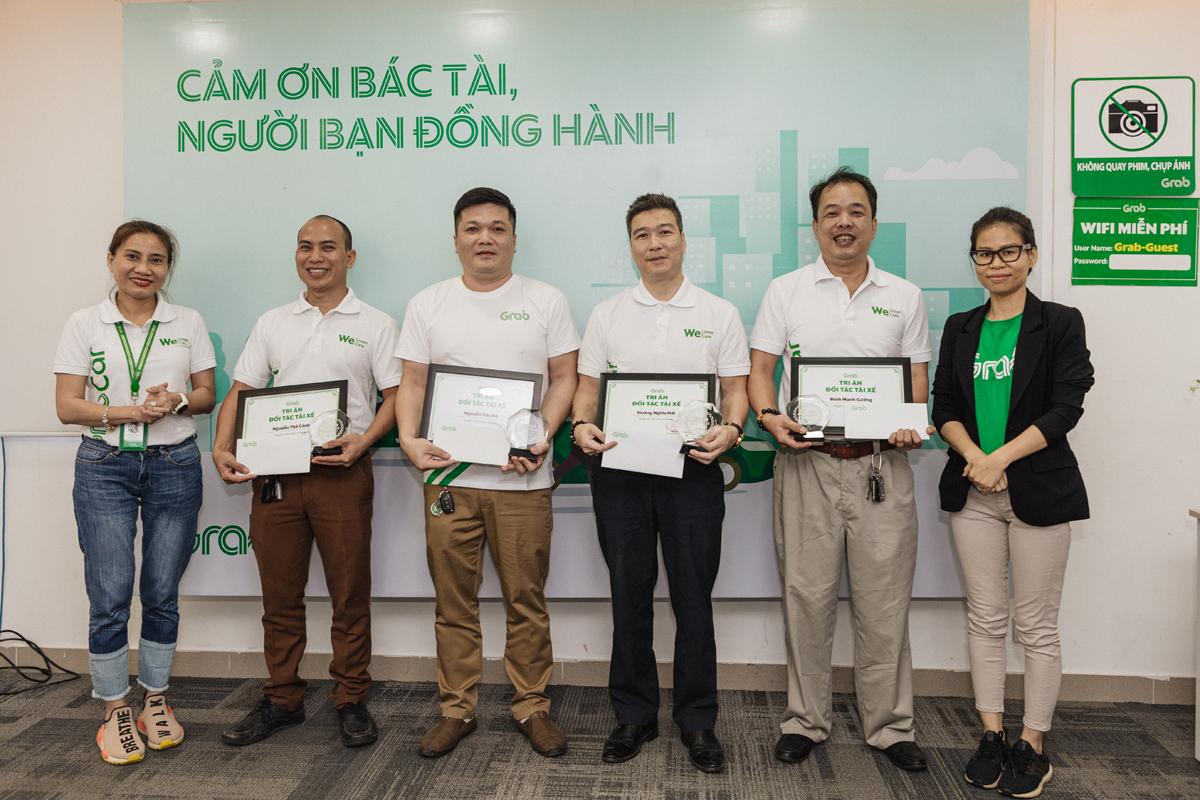 Mới đây, anh Vân Hà (đứng thứ 3 từ trái qua phải) là một trong những tài xế lâu năm tham dự chương trình tri ân của Grab. Ảnh: Grab Việt Nam.