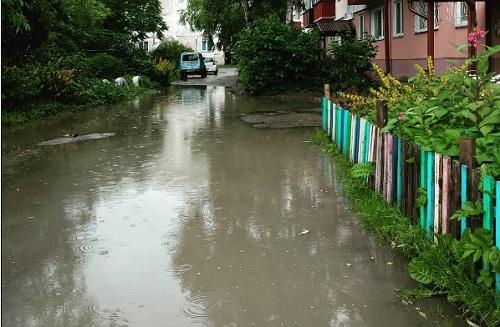 Bức ảnh chụp vũng nước lớn trên đường thuộc Yuzhno- Sakhalinsk được hơn 9.000 lượt thích trên Instagram. Ảnh: ya_luzha_u_doma/Instagram.