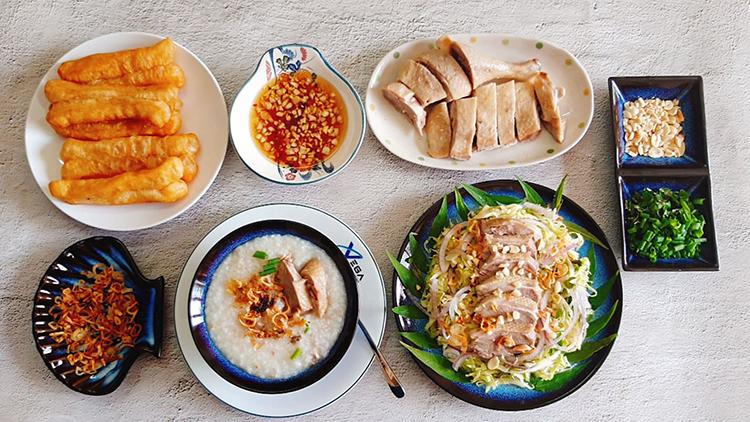Theo Đông y, thịt vịt có tính hàn, vịt ngọt, có tác dụng giải độc, thanh nhiệt, bổ huyết, điều hòa ngũ tạng. Một trong những món ngon từ vịt được nhiều người yêu thích là cháo vịt. Ành: Bùi Thủy