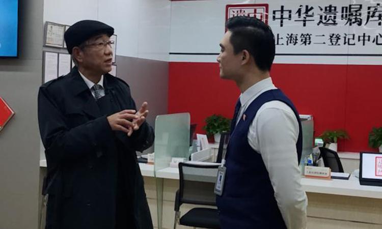 Vị bác sĩ Phương nói nguyện vọng về di chúc tài sản của mình cho nhân viên của Ngân hàng di chúc Trung Quốc có trụ sở tại Thượng Hải. Ảnh: sina.