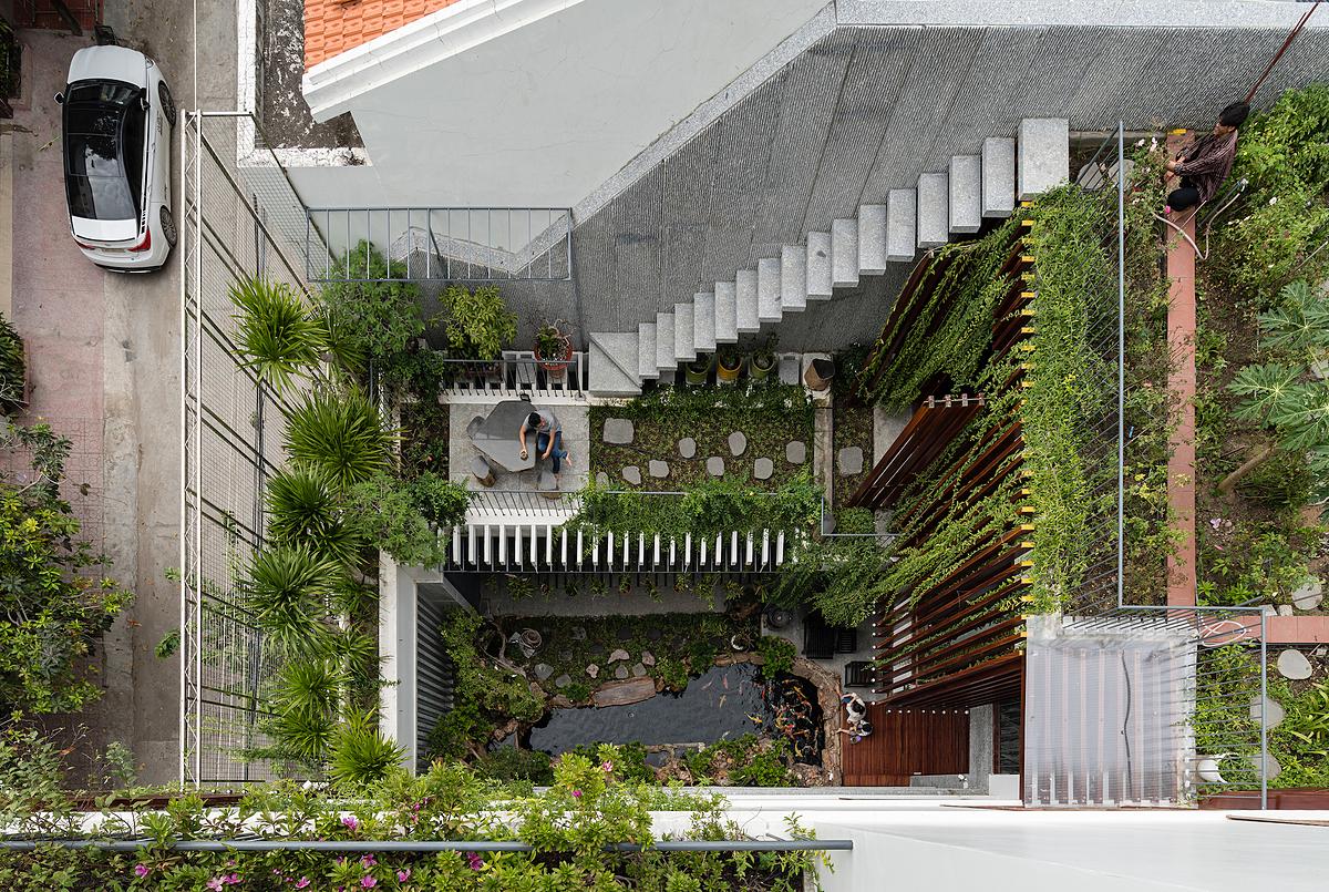 Các khoảng vườn trải từ mái xuống tầng trệt. Ảnh: Quang Trần.