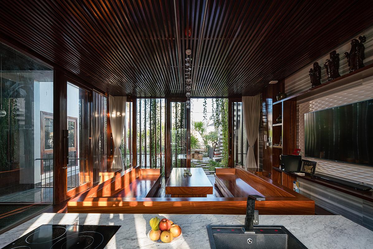 Bếp mở ở tầng hai là nơi chủ nhà chiêu đãi gia đình, bạn bè và đối tác. Ảnh: Quang Trần.