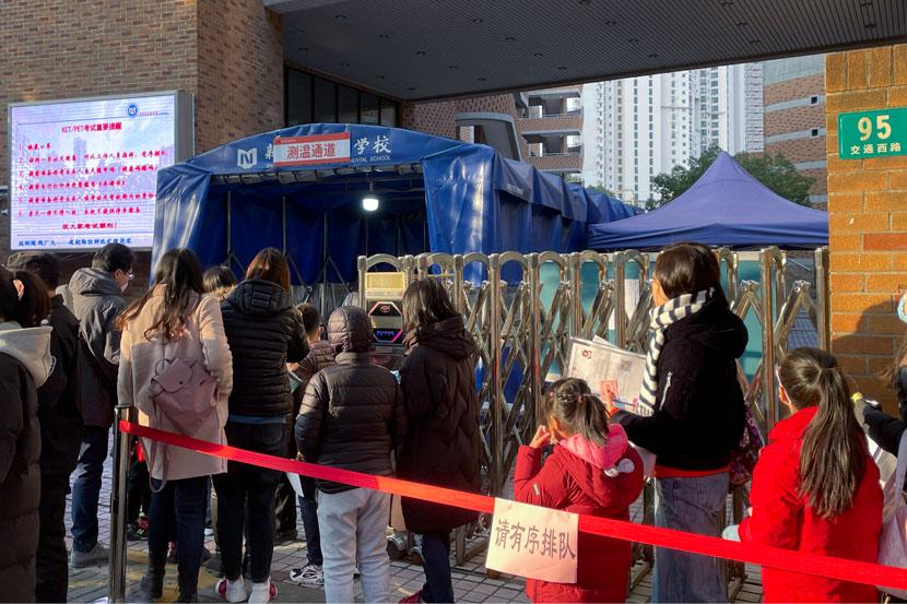 Phụ huynh và học sinh xếp hàng vào phòng thi tại điểm thi ở Thượng Hải hôm 19/12. Ảnh: Sixthtone.