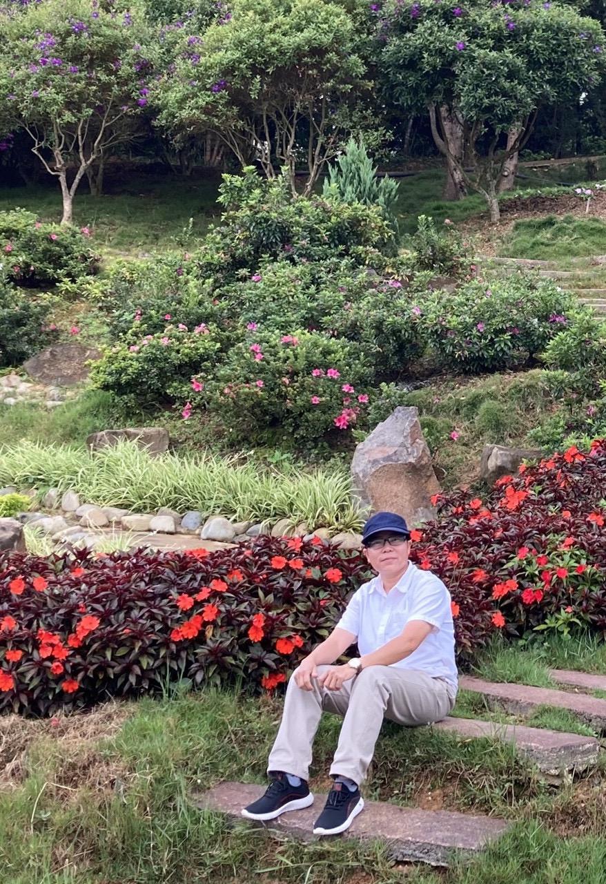 Chị Huyên tranh thủ dạo chơi Đà Lạt trong một lần chở khách từ TP HCM đến đây. Ảnh: NVCC