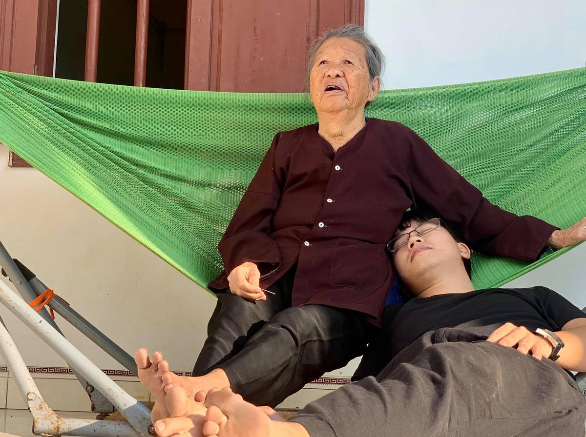 Trong hai năm nghiên cứu làm sâm, Đạt chỉ mong đến ngày ra sản phẩm tốt để khoe với ông nội, thế nhưng ông mất trước khi Đạt làm được điều đó. Bắt đầu từ hè 2020, Đạt quyết định dành một tháng gác lại công việc để ở bên bà nội, khi bà vẫn đang còn khỏe. Ảnh: Nhân vật cung cấp.
