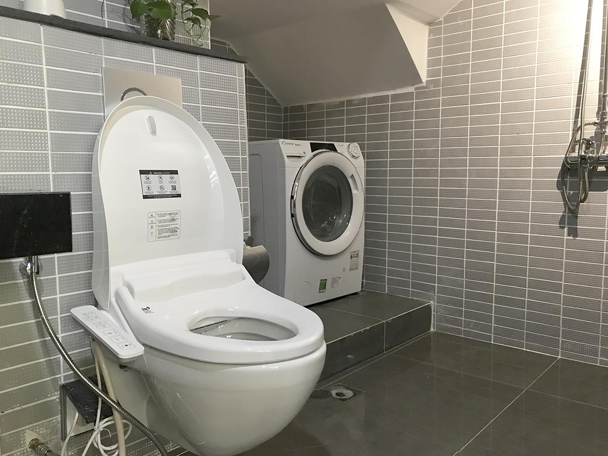 Khu vực có chiều cao thông thủy thấp nhất trong phòng tắm được dùng để đặt máy giặt. Ảnh: Hoàng Anh