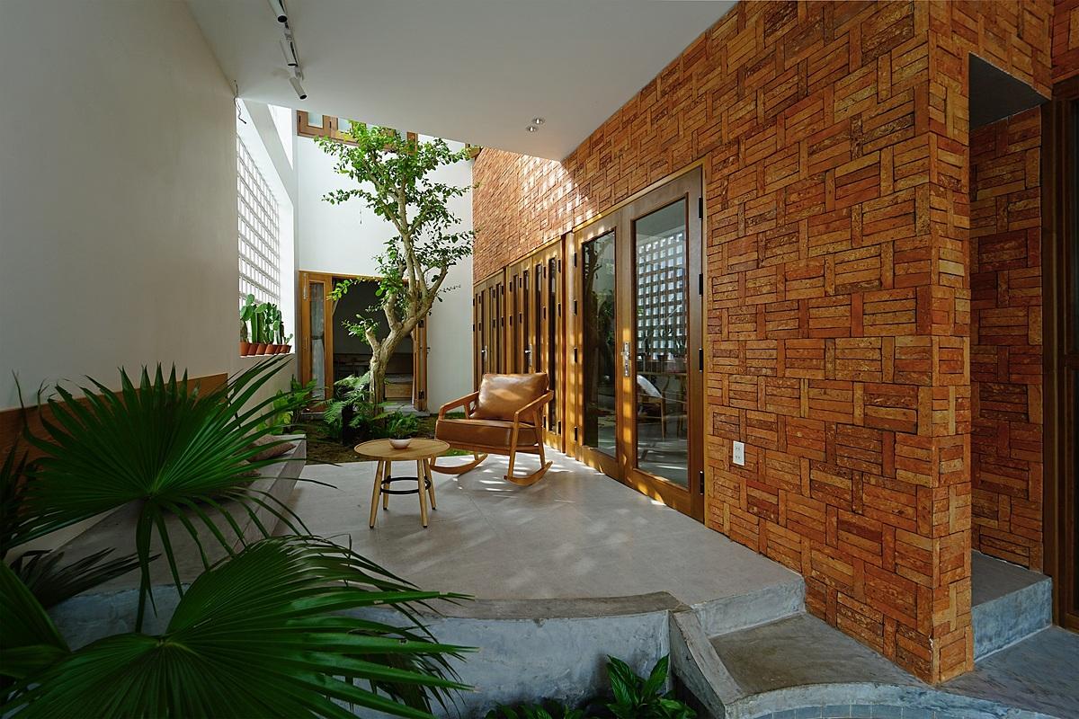 Khu vườn giữa nhà với điểm nhấn là cây đào tiên hay còn gọi là cây bành. Ảnh: Quang Trần.