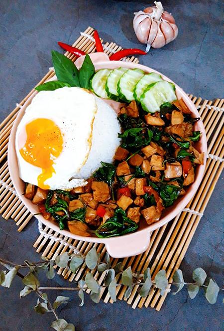 Húng quế là gia vị giúp món ăn có vị cay, mùi thơm đặc trưng, lại là vị thuốc tốt cho cả nhà giúp giải cảm, giảm đau đầu. Ảnh: Bùi Thủy.