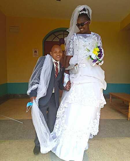 Chú rể này có chiều cao chưa bằng một nửa cô dâu. Ảnh: Theepochtimes.