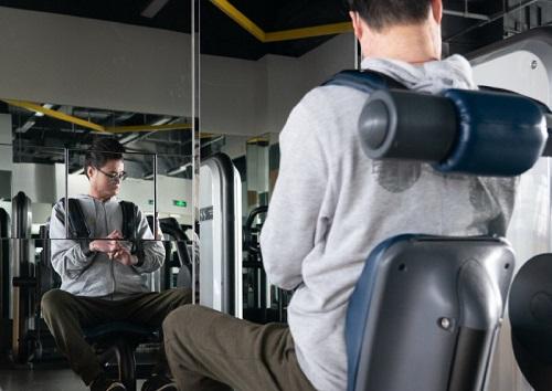 Wang Haibin tập thể dục trong một phòng tập thể dục gần nhà ở Thượng Hải vào ngày 25/12. Ảnh: China Daily.