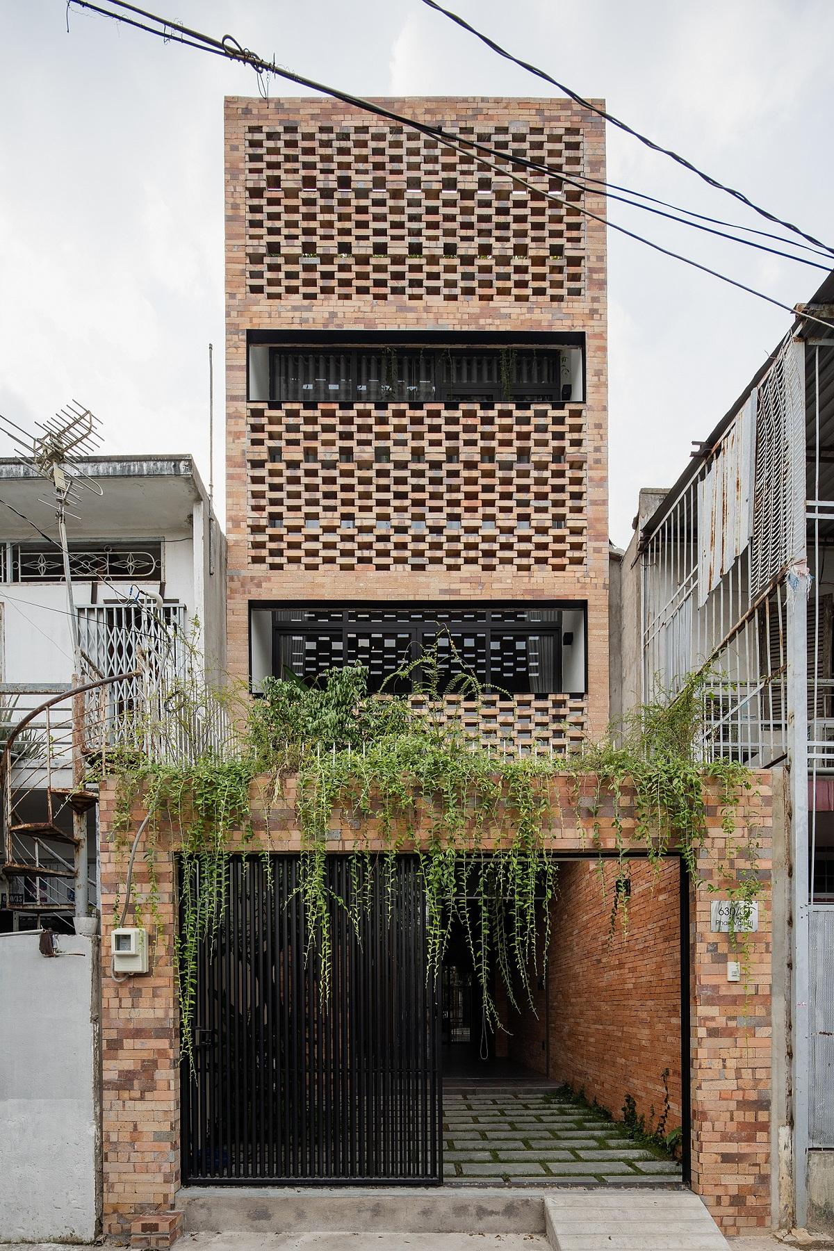 Mặt tiền công trình gây ấn tượng với lớp vỏ bằng gạch mộc kết hợp cây xanh. Ảnh: Quang Trần.