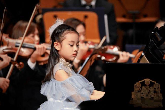 Bé gái Giả Vân Hinh trong buổi hòa nhạc tại trường. Ảnh: 163.