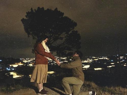 Đức quỳ xuống cầu hôn bạn gái ở Đà Lạt. Sau biến cố họ đã biết không thể thiếu nhau. Ảnh: Nhân vật cung cấp.