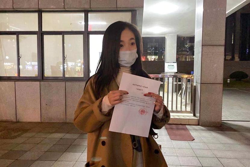 Wu Min cầm thông báo xác minh trường hợp của cô đã được tòa án Dư Hàng, Hàng Châu thụ iý. Ảnh: Sixthtone.