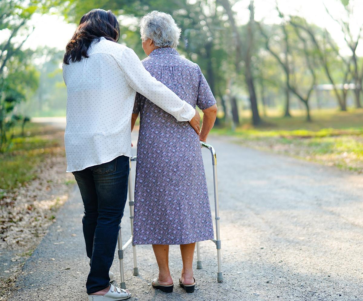 Tuổi cao, sức yếu, bệnh tật khiến cuộc sống của nhiều người già không như mong đợi. Ảnh: freepik.