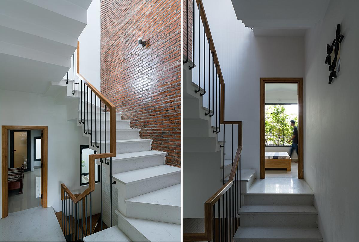 Cầu thang kết hợp thông tầng là trái tim của căn nhà, giúp lấy sáng, gió và kết nối cả không gian lẫn con người. Ảnh: Quang Trần.