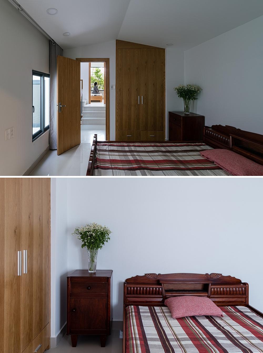 Trong phòng ngủ, trần được thiết kế gấp khúc để không gian đỡ đơn điệu. Giường, tủ là những món đồ cũ, đã hàng chục năm tuổi nhưng còn tốt và gắn bó với cả gia đình chủ nhà.